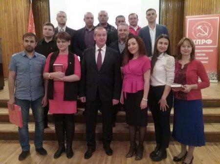 Сергей Левченко вручил коммунистам партийные награды