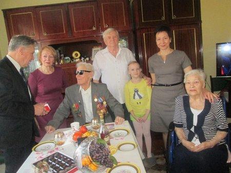 Иркутские коммунисты поздравляют ветеранов партии со столетием Октября