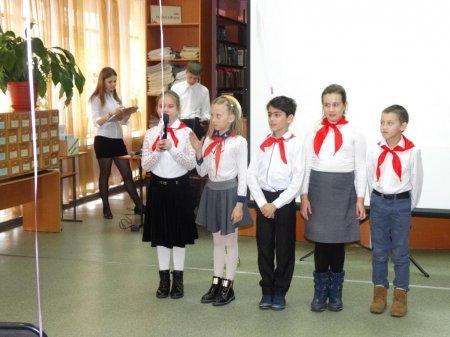 Комсомольцы и пионеры поздравили женщин с Днём матери