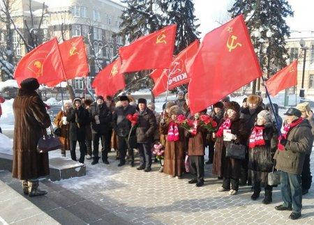 Иркутские коммунисты возложили цветы к памятнику В.И. Ленина