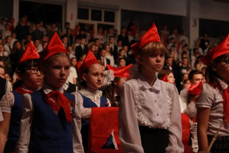 Копии Знамени Победы торжественно вручили ещё 17 школам Иркутска