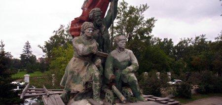 Команда Бердникова забыла об обещании отреставрировать памятник Борцам революции?
