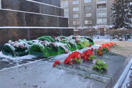 Дело Ленина живёт! Иркутские коммунисты почтили память вождя возложением цветов