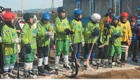 Ольга Носенко приняла участие в открытии школы по хоккею с мячом в селе Олонки