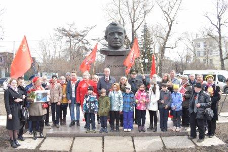 Коммунисты Иркутска возложили цветы к памятнику Юрию Гагарину